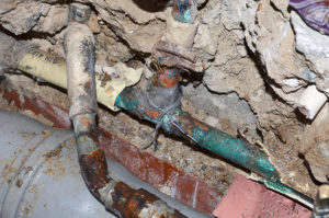 Unangenehmer Geruch im Haus durch Rohrbruch und Wasserschäden